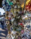 Sikt av några traditionella karnevalmaskeringar i Venedig, Italien Venedig är en populär turist- destination av Europa royaltyfria foton