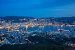 Sikt av Nagasaki stadshorisont från monteringen Inasa på natten i Japan Arkivfoton