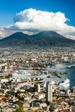 Sikt av Naples med den Vesuvius vulkan, Campania, Italien royaltyfri foto