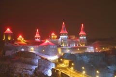 Sikt av nattslotten i Kamenetz-Podolsk i Ukraina Arkivfoton