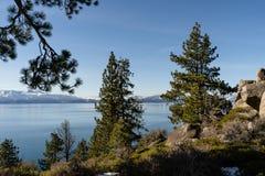 Sikt av naturen runt om Lake Tahoe i vinter, Nevada, USA royaltyfri bild