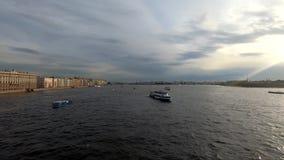 Sikt av Neva River i St Petersburg, Ryssland Turist- fartyg svävar på floden Byggnader nära Neva River Embankment arkivfilmer