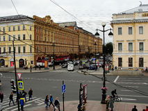 Sikt av nevsky prospekt från det öppna gallerit av den gostiny dvoren för centralt varuhus Royaltyfri Bild