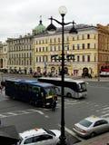 Sikt av nevsky prospekt från det öppna gallerit av den gostiny dvoren för centralt varuhus Arkivfoto