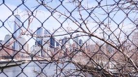 Sikt av New York City cityscape, Lower Manhattan från Jerseyet City till och med raster arkivbilder