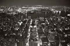 Sikt av New York på natten från väldetillståndet Bldg. arkivbilder
