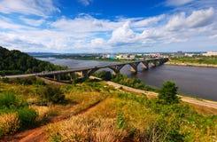 Sikt av Nizhny Novgorod med den Molitovsky bron Arkivbilder