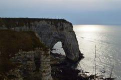 Sikt av Normandies klippor Etretat - solnedgång naturen havet, vaggar och himmel royaltyfria bilder