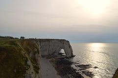 Sikt av Normandies klippor Etretat - solnedgång naturen havet, vaggar och himmel arkivfoto