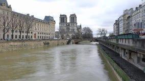 Sikt av Notre-Dame de Paris och Rive Gauche från Pont Notre-Dame lager videofilmer
