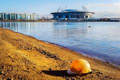 Sikt av ny ` för arena för stadion`-zenit från motsatt kust av den sandiga stranden med att sväva konstruktionshjälmen, St Peters arkivbild