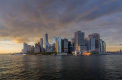 Sikt av NYC-horisont på solnedgången Royaltyfri Foto