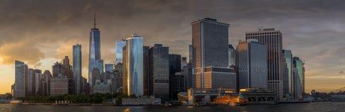Sikt av NYC-horisont på solnedgången Royaltyfri Bild