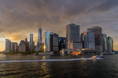 Sikt av NYC-horisont på solnedgången Royaltyfria Bilder