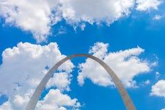 Sikt av nyckelbågen i St Louis, Missouri med blå himmel w arkivfoto