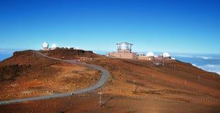 Sikt av observatorier från toppmöte av den Haleakala vulkan Arkivbilder