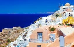 Sikt av Oia, Santorini Santorini är en av Cyclades öar i det Aegean havet Det är de mest romantiska destinationerna in Royaltyfri Fotografi