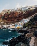 Sikt av Oiaen från den Amaudi fjärden, Santorini, Grekland Arkivfoto