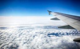 Sikt av oklarheter från ett flygplanfönster royaltyfri foto