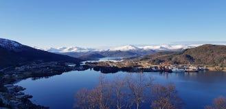Sikt av området Ulsteinvik västra Norge arkivbild