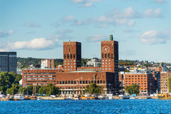 Sikt av Oslo, Norge Radhuset från havet Arkivfoton