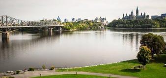 Sikt av ottawa horisont i Kanada på dess flod Royaltyfri Bild