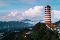 Sikt av pagoden i morgonen med låg nivåmolnet och kullar i bakgrunden royaltyfri foto
