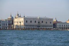 Sikt av Palazzoen Ducale från den San Marco fjärden i den soliga dagen italy venice Arkivbild