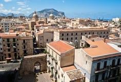 Sikt av Palermo med gamla hus och monument Arkivbilder
