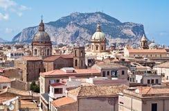 Sikt av Palermo med gamla hus och monument Royaltyfri Fotografi