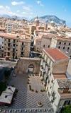 Sikt av Palermo med gamla hus och monument Royaltyfri Foto