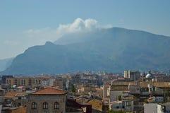 Sikt av Palermo uppifrån av domkyrkan med ett berg i bakgrunden arkivfoto
