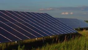 Sikt av paneler för sol- energi som installeras i fältet lager videofilmer