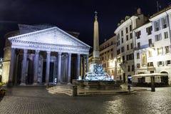 Sikt av panteon på natten rome italy Royaltyfri Foto