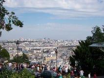 Sikt av Paris fr?n det sacrCoeur berget och m?nga turister p? observationsd?cket Augusti 05, 2009, Paris, Frankrike, Europa royaltyfri foto