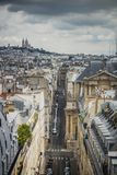 Sikt av Paris, Rue Saint-Roch med den Sacre Coeur basilikan i bakgrunden arkivbilder