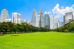 Sikt av Park landskap med stads- plats i finansiellt områdesland Royaltyfria Bilder