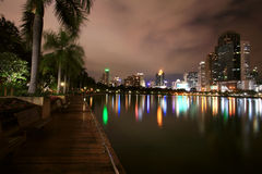 Sikt av parken och Bangkok cityscape Arkivfoton