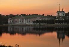 Sikt av parkera och den Kuskovo slotten på solnedgången Kuskovo var sommarlandshuset och godset av den Sheremetev familjen Ryssla Arkivfoto