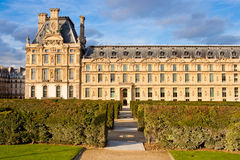 Sikt av Pavillon de Marsan från den Tuileries trädgården Arkivfoton