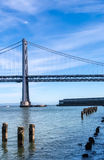 Sikt av pelaren från havet med den Oakland bron i bakgrunden Royaltyfri Fotografi