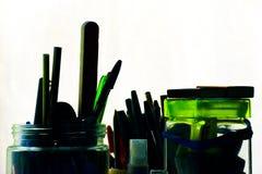 Sikt av pennor och blyertspennor för bollpunkt i krus Royaltyfria Bilder