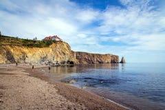 Sikt av Perce Rock på sommar Royaltyfri Bild