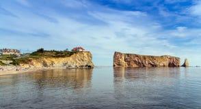 Sikt av Perce Rock på sommar Arkivbild