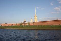 Sikt av Peter och den Paul fästningen och turisterna royaltyfria foton