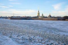 Sikt av Peter och Paul Fortress i Januari skymning St Petersburg Fotografering för Bildbyråer