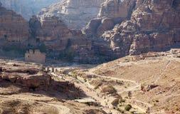 Sikt av Petra Valley från urnagravvalvet Petra jordan Arkivbilder
