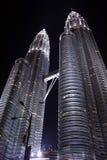Sikt av Petronas torn, Kuala Lumpur Fotografering för Bildbyråer