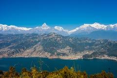 Sikt av Phewa sjön och Annapurna bergskedja Royaltyfria Bilder