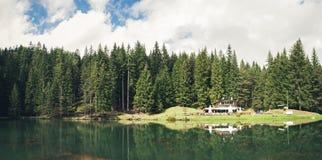 Sikt av Pianozes sjön och kojan, ` Ampezzo, Dolomites för Cortina D, arkivbilder